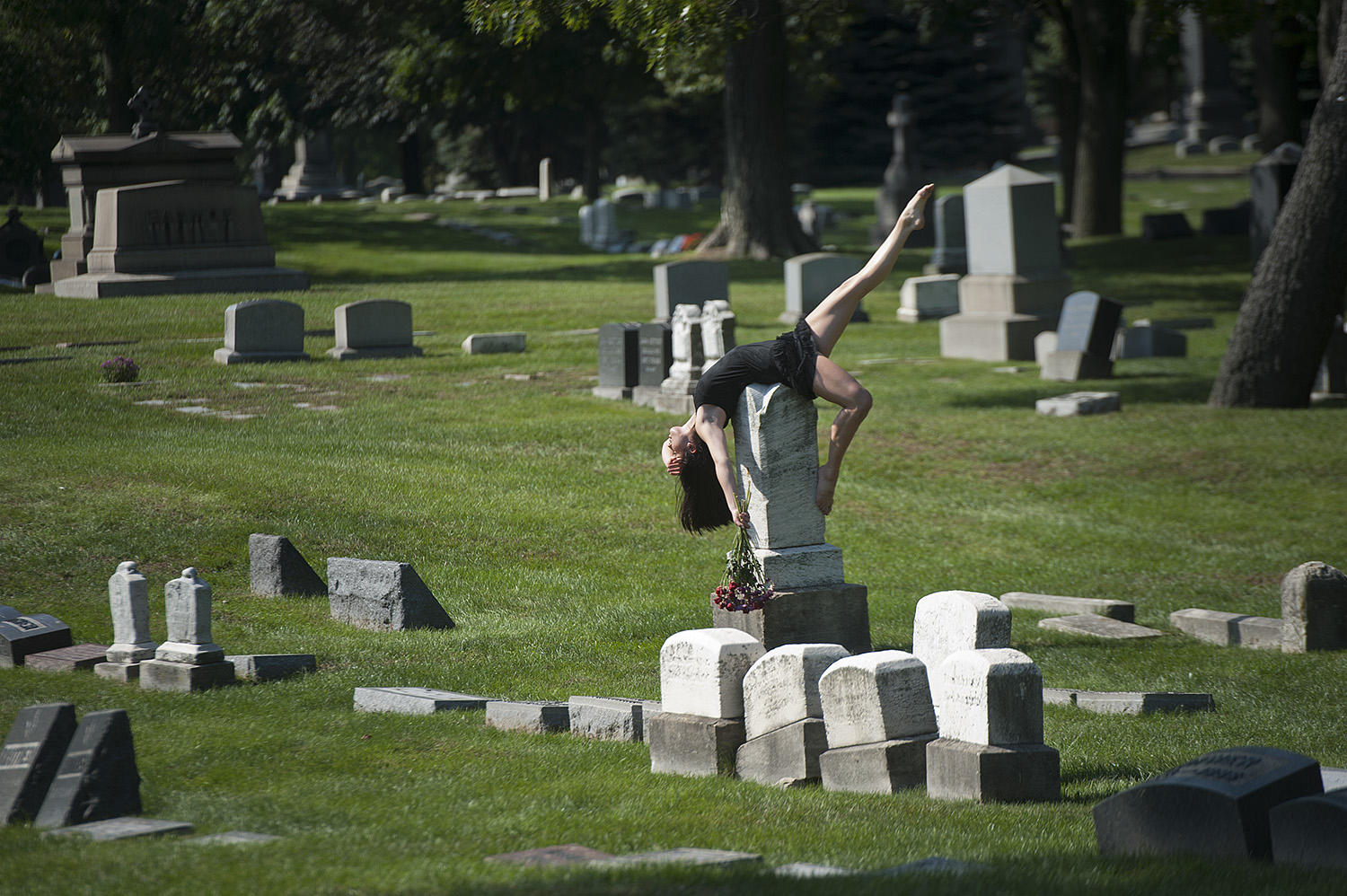 9nDancers-Among-Us-in-Chicago-at_Graceland-Cemetery-Chloe-Crade