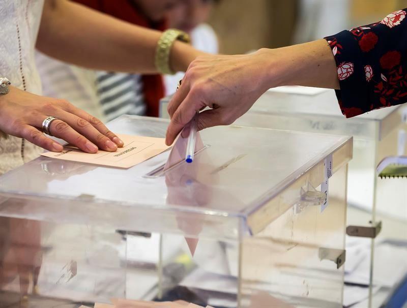 Una mujer deposita su voto en una urna de un colegio electoral. EFE