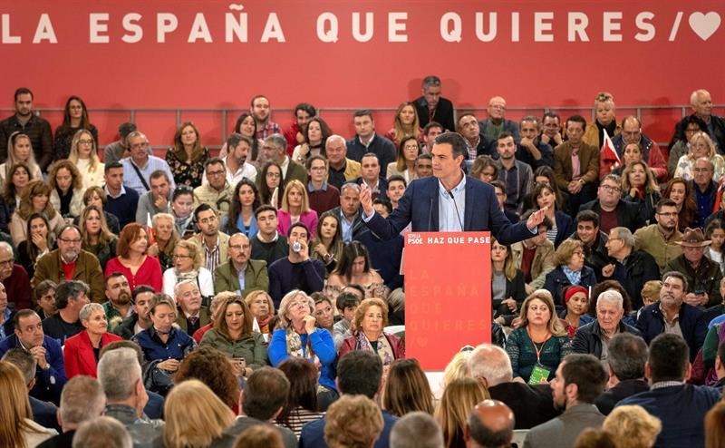 El presidente del Gobierno y secretario general del PSOE, Pedro Sánchez, durante su intervención en un acto de precampaña en Sevilla. EFE/Julio Muñoz