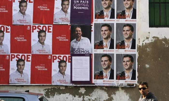 Carteles de propaganda de los partidos en una campaña electoral. REUTERS
