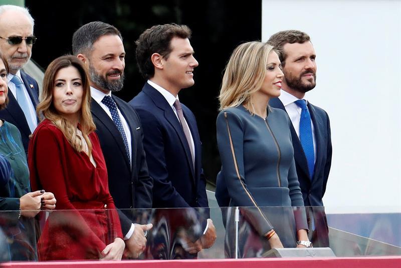 El líder de Vox Santiago Abascal (i), el líder de Ciudadanos Albert Rivera (c), y el presidente del PP Pablo Casado, en el madrileño Paseo de la Castellana, durante el desfile de la Fiesta Nacional. EFE/Ballesteros