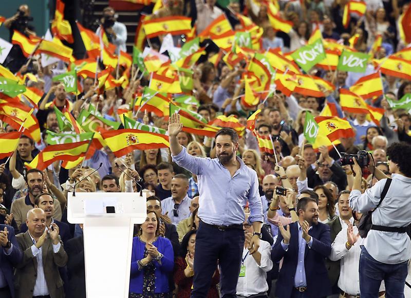 El presidente de Vox, Santiago Abascal, al finalizar un acto público celebrado en el Palacio de Deportes de Granada. EFE/Pepe Torres