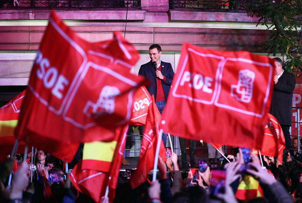 El líder del PSOE y presidente del Gobierno en funciones, Pedro Sánchez, con los militantes y simpatizantes socialistas en el exterior de la sede del partido, en la madrileña calle de Ferraz, tras las elecciones del 10-N. REUTERS/Sergio Perez