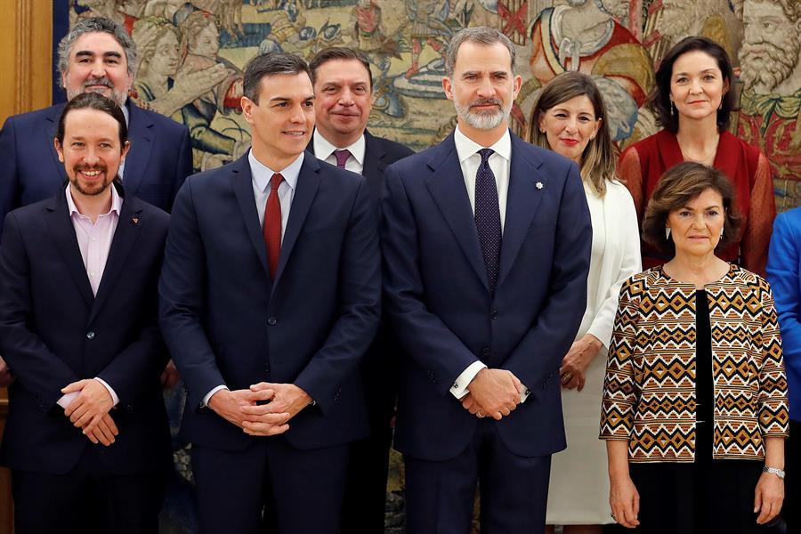 El rey Felipe VI, el presidente del Gobierno, Pedro Sánchez, y los vicepresidentes del Gobierno Carmen Calvo y Pablo Iglesias, entre otros, durante el acto de toma de posesión del nuevo Ejecutivo en el Palacio de la Zarzuela. EFE/Chema Moya