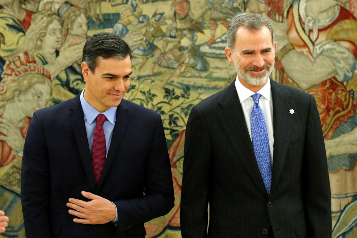El presidente del Gobierno, Pedro Sánchez, y el rey Felipe VI, posan juntos después de que el nuevo jefe del Ejecutivo prometiera su cargo en el Palacio de La Zarzuela. E.P./Pool