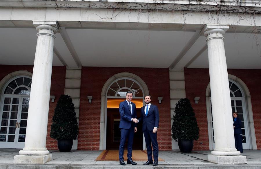 El presidente del Gobierno, Pedro Sánchez, recibe al líder del PP, Pablo Casado, en el Palacio de la Moncloa. EFE/ Juan Carlos Hidalgo