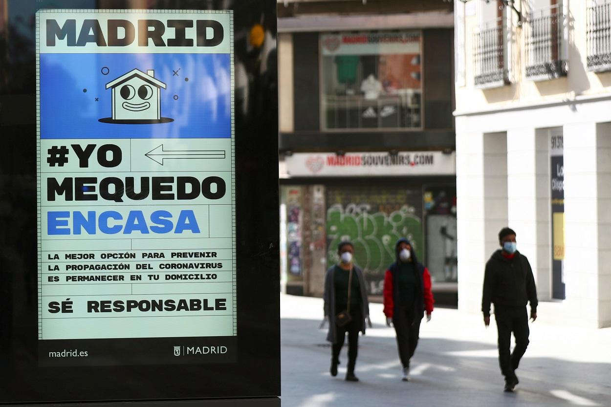 Un anuncio que aconseja a las personas ser responsables y quedarse en casa en la casi vacía calle de Preciados de Madrid, una de las vías más comerciales de la capital. REUTERS / Sergio Perez