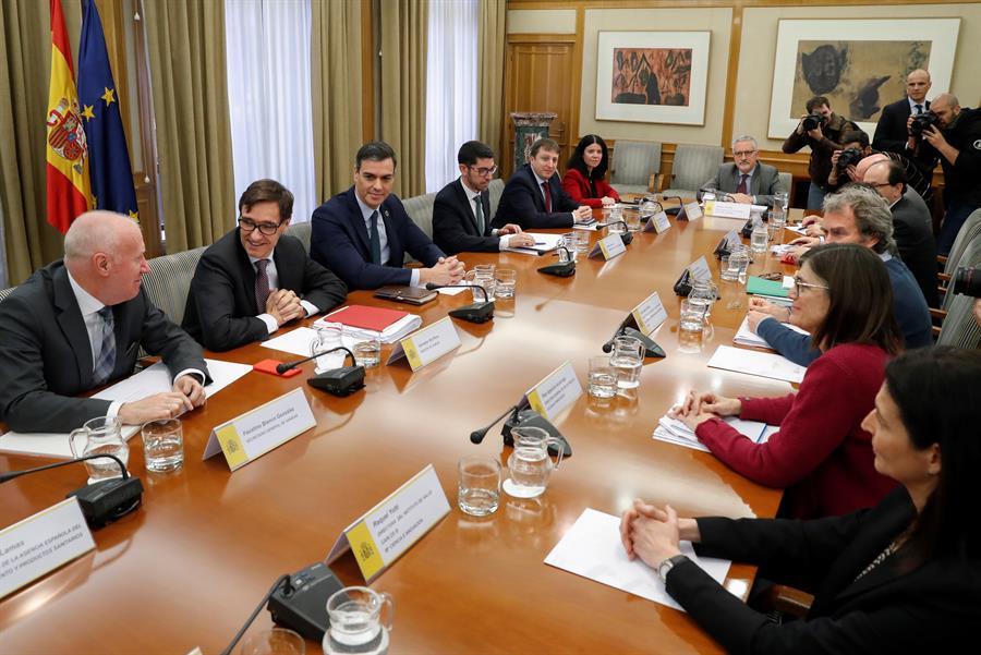 El presidente del Gobierno, Pedro Sánchez, acompañado por el ministro de Sanidad, Salvador Illa, preside la reunión de seguimiento del coronavirus, en la sede del Ministerio de Sanidad. EFE/J.J. Guillén