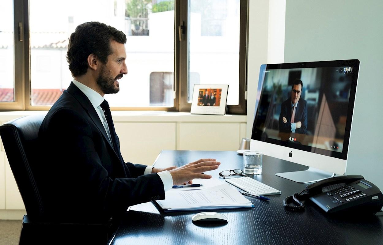 El presidente del PP, Pablo Casado, en una reunión por videoconferencia con el presidente de la CEOE, Antonio Garamendi. EFE/PP/ David Mudarra