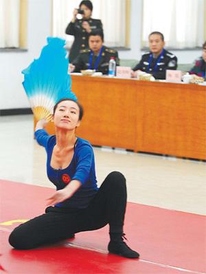 Una joven china pasa prueba de selección para entrar en el Ejército (China Daily)