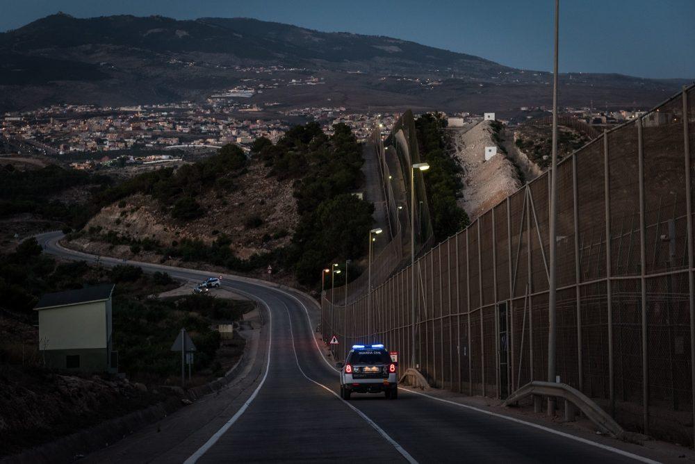 Una patrulla de la Guardia Civil recorre la valla de Melilla. Foto: Ignacio Marín / Fundación porCausa.