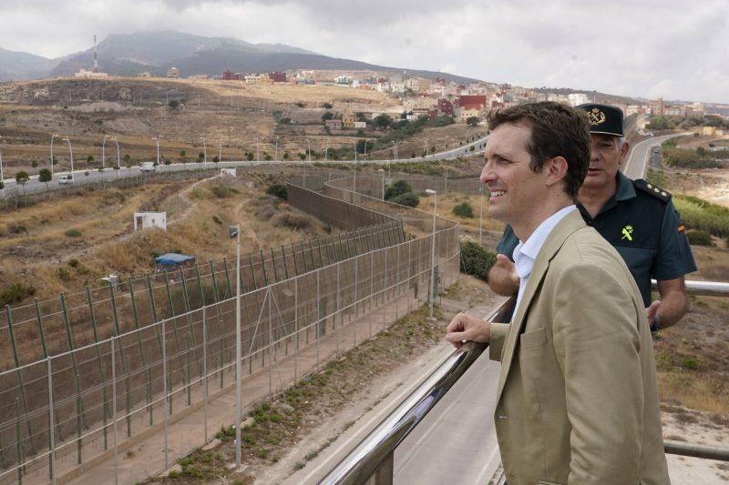 Pablo Casado visitando la valla de Melilla en agosto de 2018. Foto: Partido Popular.