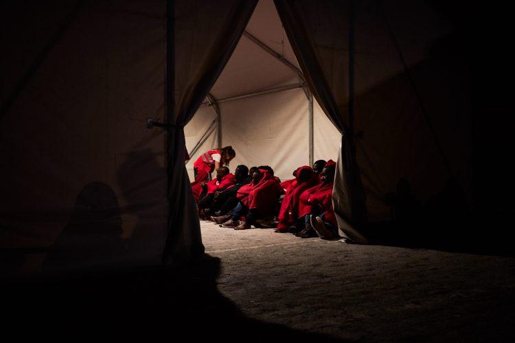 Un grupo de personas migrantes esperando a ser atendidas por Cruz Roja en el Puerto de Málaga (octubre de 2018). Foto: Andrei Balog (EntreFronteras)