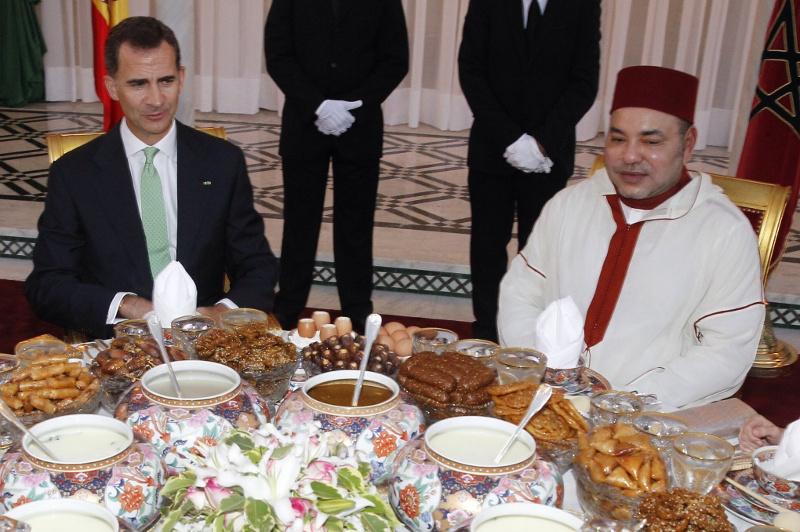 El rey de España, Felipe VI, y su homólogo marroquí, Mohamed VI, durante una cena en un viaje oficial a Marruecos (2014). Foto: Casa de S.M. el Rey. / Borja Fotógrafos.