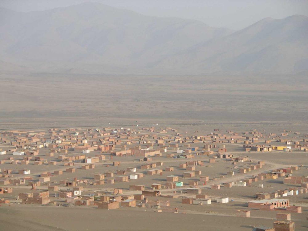 Un nuevo pueblo joven en el desierto al norte de Lima, Perú. Foto: Maurice Chédel.
