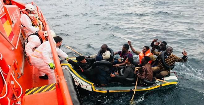 La tripulación de la Salvamar Arcturus rescata a varias personas de una patera a ocho millas al suroeste de Tarifa. Foto: Salvamento Marítimo.