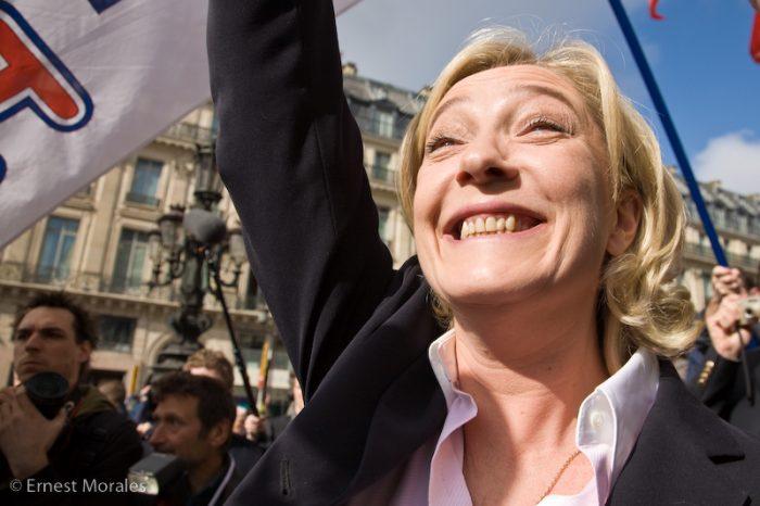 Marine Le Pen durante un desfile del Frente Nacional en París. Foto: Ernest Morales / CC BY-NC-ND 2.0