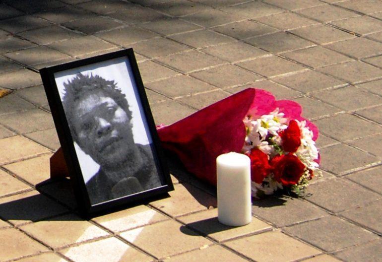 Retrato de Samba Martine en el homenaje a las puertas del juzgado el pasado 3 de junio. Foto: Diana Moreno.