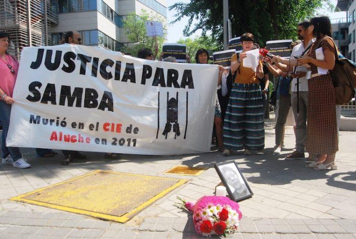 Lectura del manifiesto por el cierre de los CIE durante la concentración frente al Juzgado de lo Penal en Madrid (3 de junio). Foto: Diana Moreno.