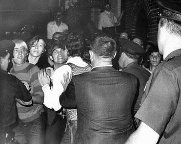Enfrentamientos entre la policía y los manifestantes frente al Stonewall Inn (junio de 1969). Foto: Joseph Ambrosini.