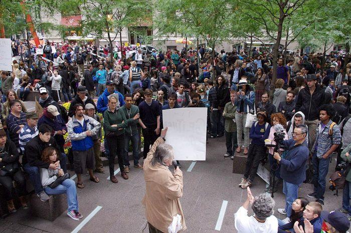 Un portavoz habla a la multitud en Zuccotti Park el 17 de septiembre de 2011. Foto: David Shankbone / CC BY 3.0
