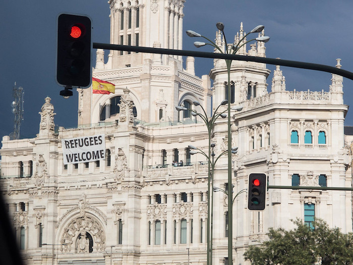 Cartel dando la bienvenida a los refugiados en el Ayuntamiento de Madrid. Foto: Allan Leonard (2017)