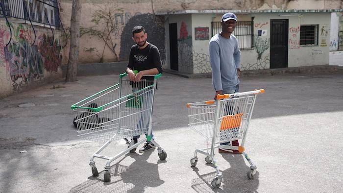 """Dos voluntarios en un """"squat"""" -centro abandonado ocupado- tras repartir juguetes entre los niños que allí vivían. Foto: Jesus Matzuki"""