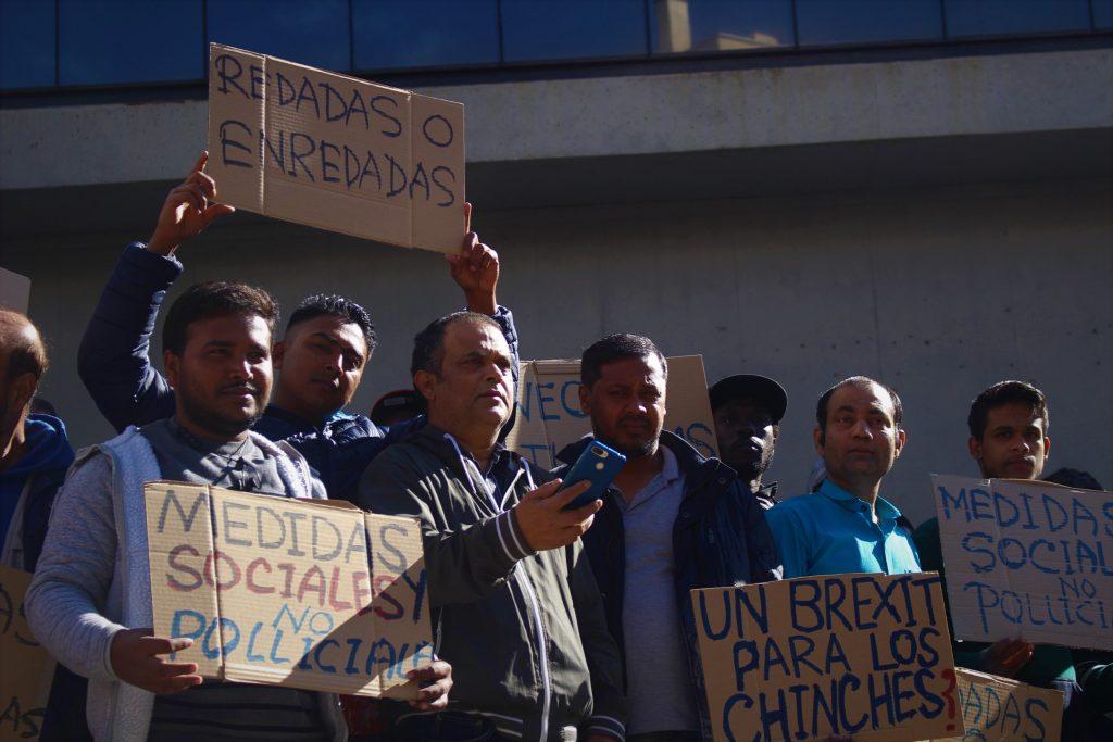 Migrantes y vecinos de Lavapiés durante la manifestación
