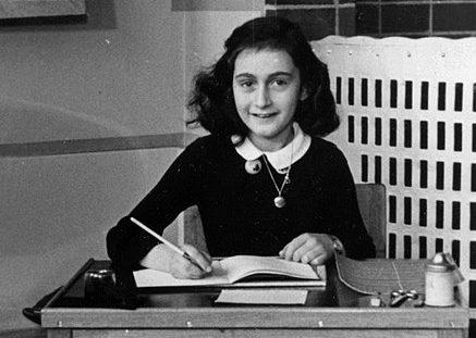 Anna Frank fotografiada en su escuela en 1940