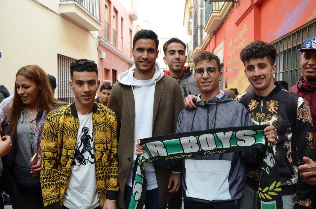 Munir Mohamedi con varios de los chicos / Asociación Marroquí