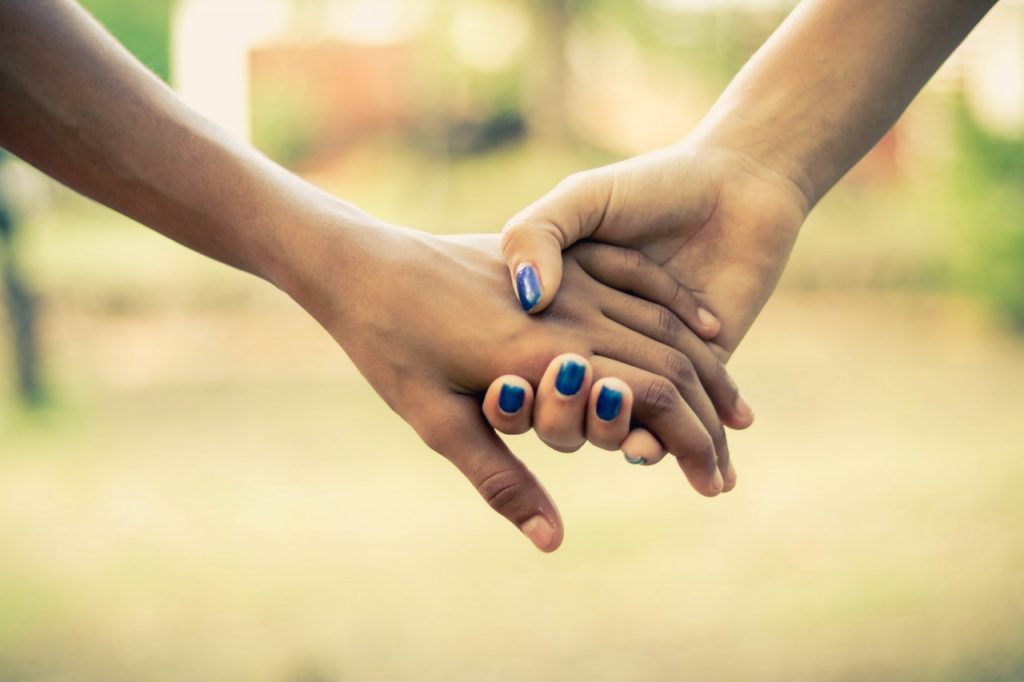 Dos personas cogiéndose de la mano / @Albert Rafael, fotografía de libre dominio
