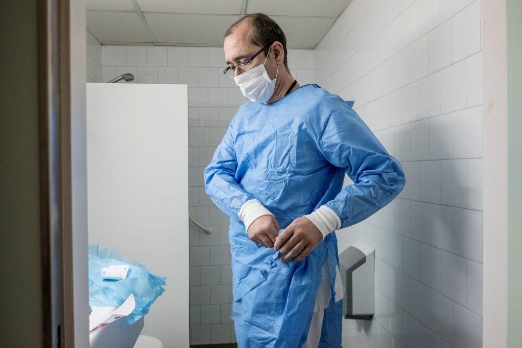Un enfermero se viste en el Hospital Universitario Vall d'Hebron, Autoría: Ariadna Creus y Àngel García (CC BY-NC-ND 2.0)