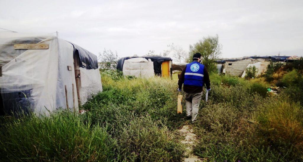 Personal de Médicos del Mundo en uno de los asentamientos chabolistas de Almería / Médicos del Mundo Andalucía