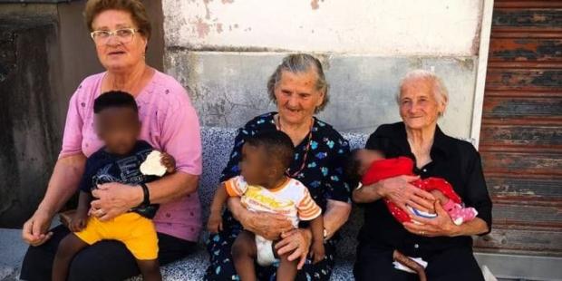 Tres abuelas con tres niños en Italia