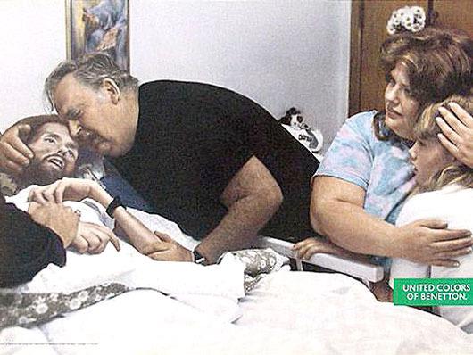 David Kirby, enfermo de SIDA, agoniza en los brazos de su padre. Foto: La piedad de Oliviero Toscani para Benetton (1992) / Therese Frare.