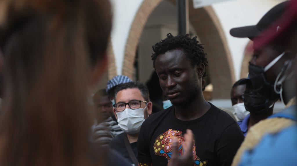 Seydou Diopp, portavoz de los temporeros, frente al Ayuntamiento de Lepe. Foto: Jesús Minchón.