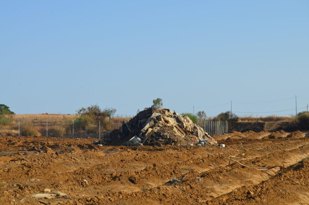 Restos de los asentamientos chabolistas tras el incendio del viernes 17 de julio. Foto: Viviane Ogou.
