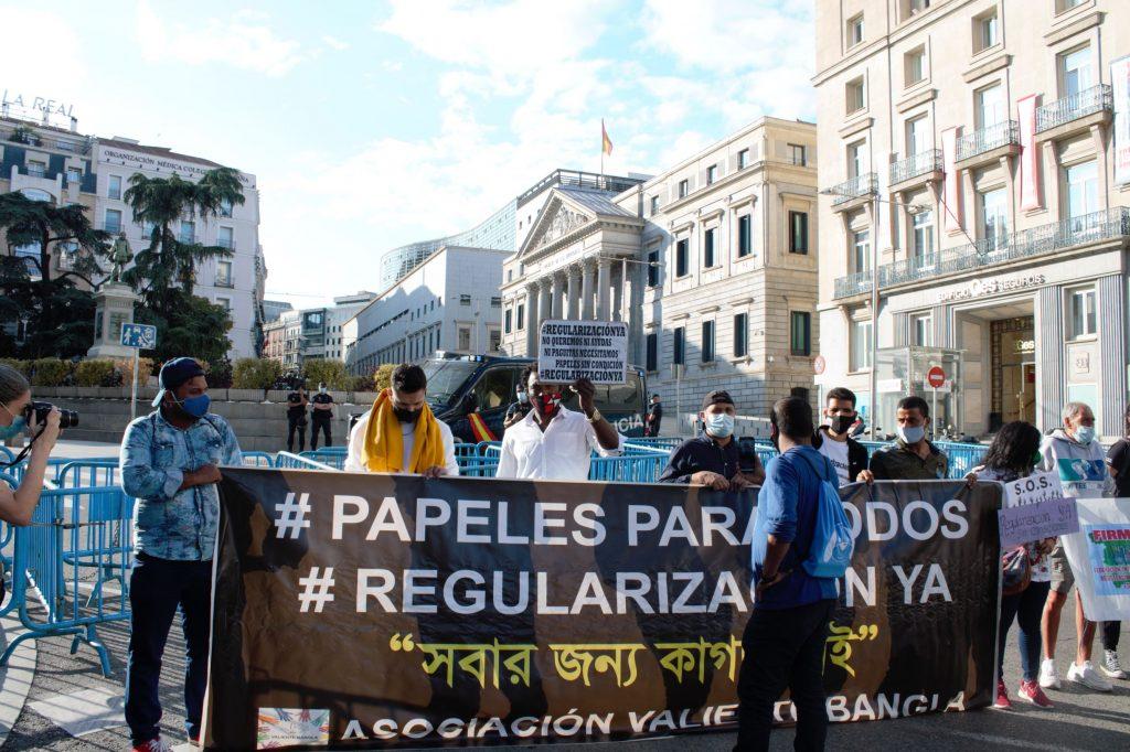 Extensión de pancartas con el lema #PapelesParaTodos y #RegularizaciónYa frente al Congreso. Foto: Ana Rojas.