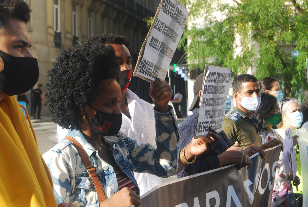 Activistas frente al Congreso en la concentración bajo el lema '#RegularizaciónYa'. Foto: Diana Moreno.