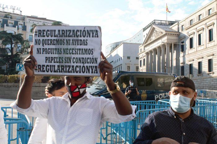 Alzamiento de pancartas frente al Congreso durante la sesión plenaria. Foto: Ana Rojas.