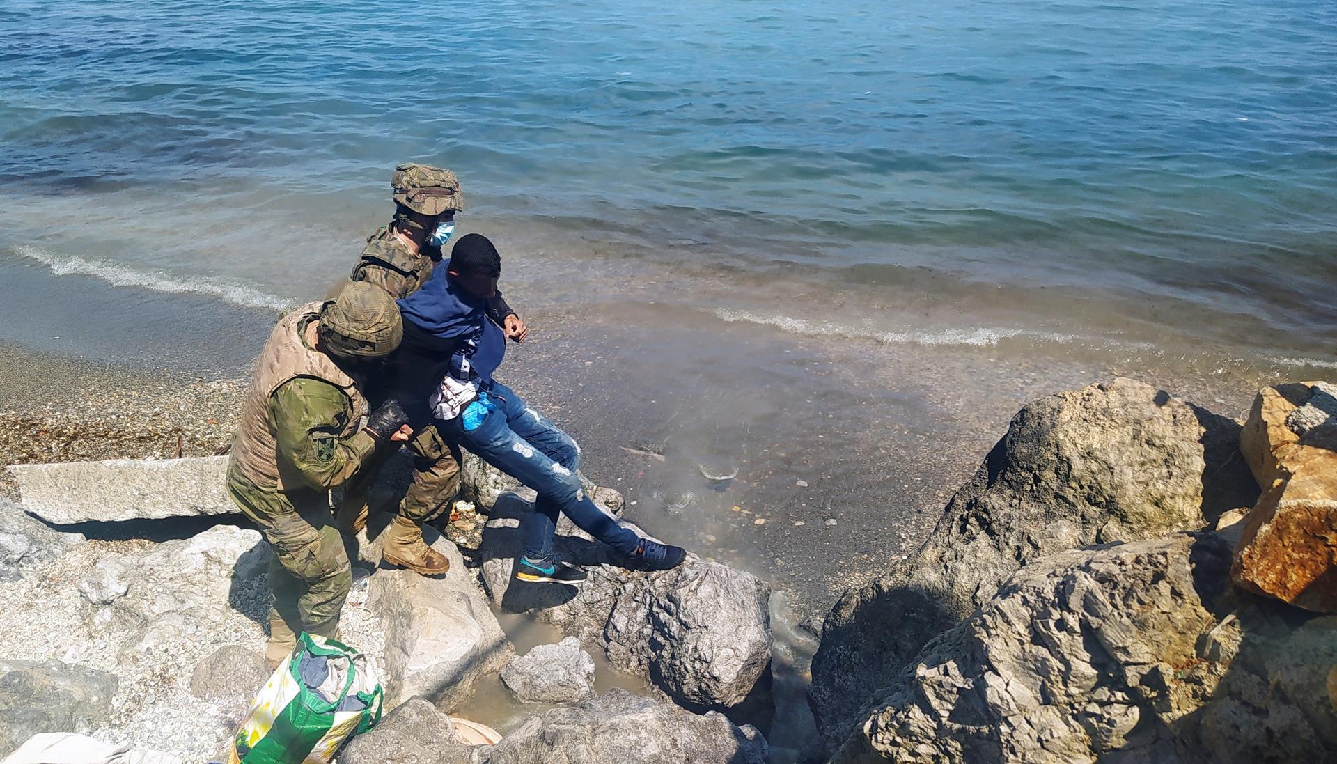 La llegada masiva de inmigrantes marroquíes a Ceuta ha sido el último y más grave episodio en la crisis diplomática entre España y Marruecos abierta por el ingreso hace unas semanas en un hospital español del líder del Frente Polisario, Brahim Ghali, enfermo de coronavirus. EFE/Reduan Dris Regragui