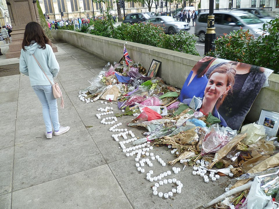 Memorial de Jo Cox en el Parliament Square, Londres. Autor: Philafrenzy, CC BY-SA 4.0, via Wikimedia Commons