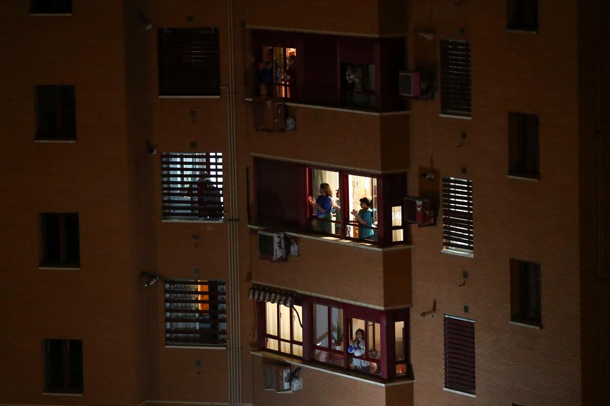 Gente aplaudiendo desde las ventanas y balcones de sus casas, en agradecimiento al personal sanitario ante la crisis de contagios por el coronavirus. REUTERS/Sergio Perez