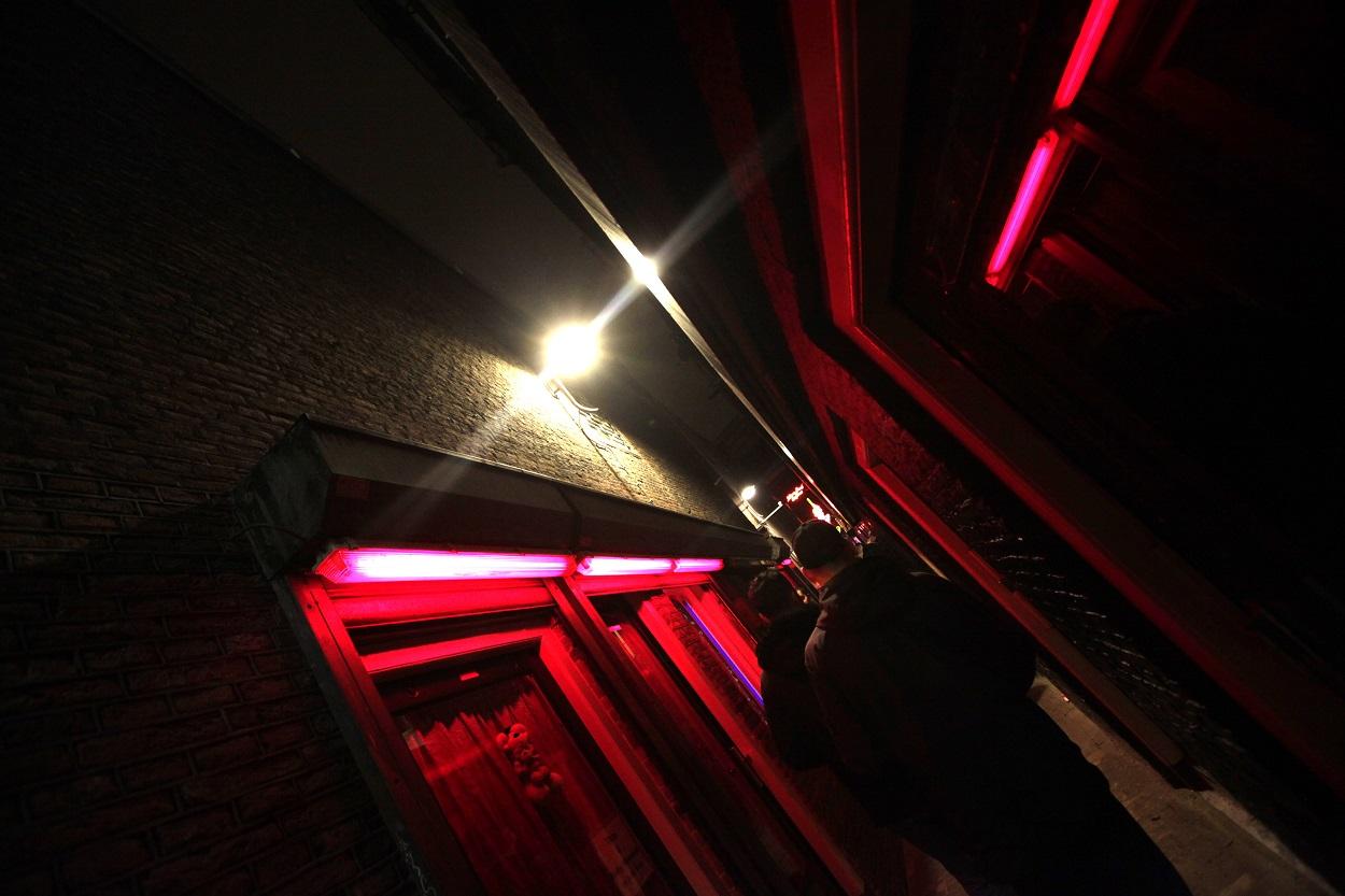 Varios hombres por el Barrio Rojo de Amsterdam, la zona de prostíbulos de la ciudad holandesa. AFP/Anoek de Groot
