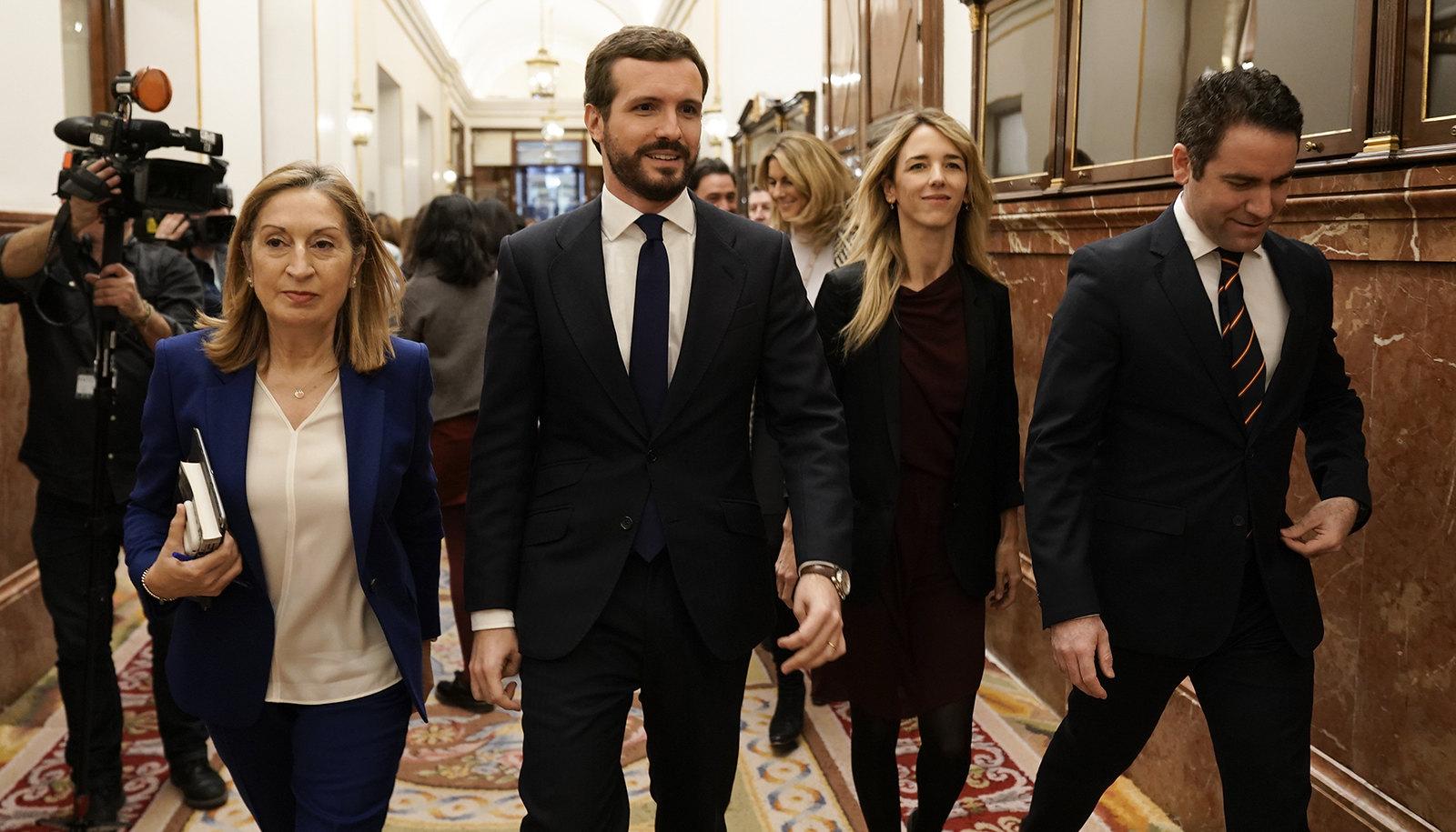 Pablo Casado con Ana Pastror, Cayetana Álvarez de Toledo y Teodoro García Egea, en los pasillos del Congreso. FLICKR PP
