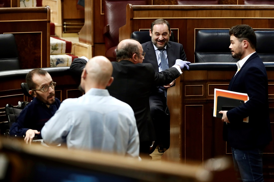 El ministro de Transportes, José Luis Ábalos, el diputado de ERC, Gabriel Rufián, y el portavoz de Unidas Podemos, Pablo Echenique, entre otros, durante un pleno en el Congreso de los Diputados en Madrid para debatir la prórroga del estado de alarma. E.P./Pool