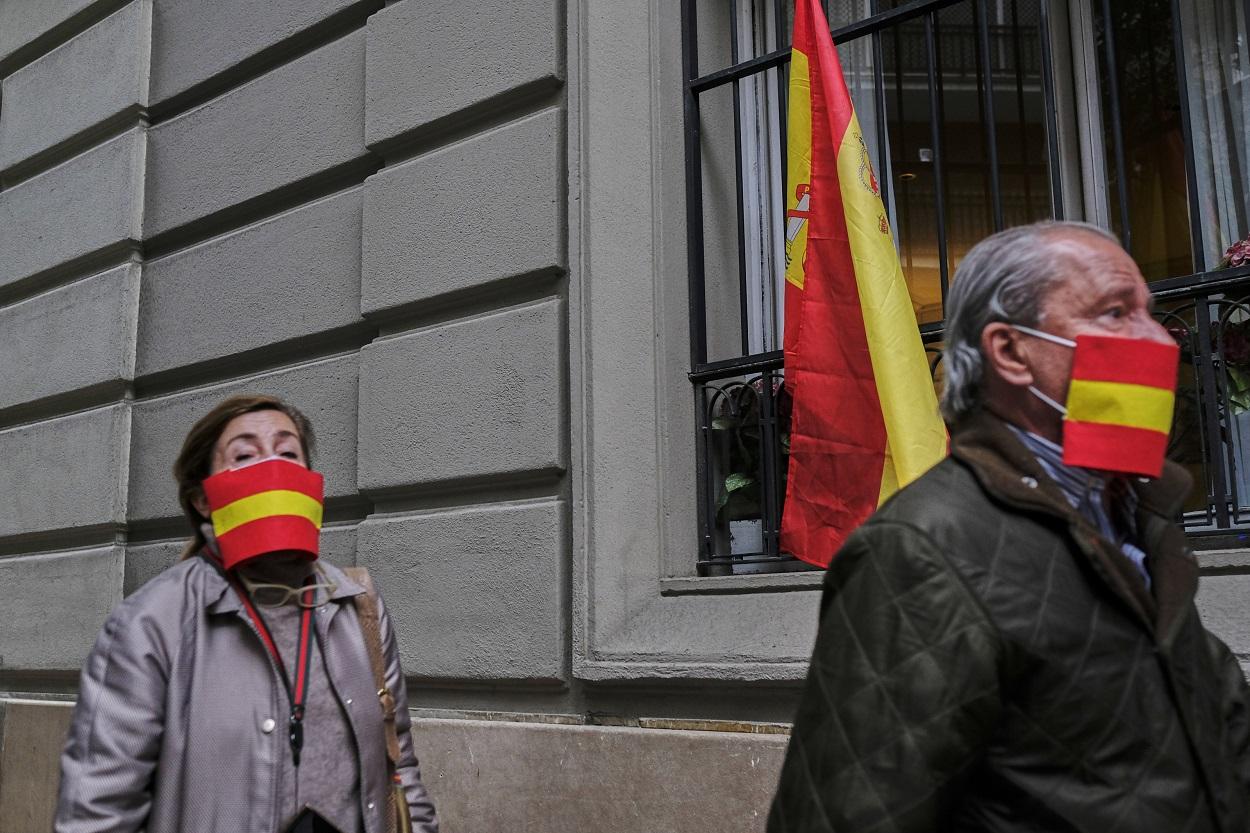 Una hombre y una mujer en la concentración de protesta contra el Gobierno de Pedro Sánchez en el barrio de Salamanca de Madrid. E.P./Jesús Hellín