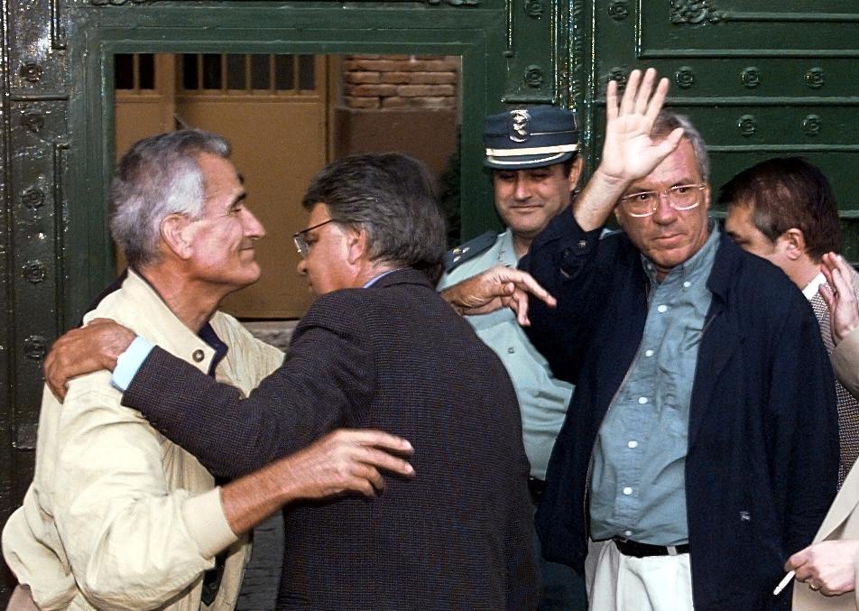 El expresidente del Gobierno, Felipe González, se despide del exministro del Interior, José Barrionuevo, y del ex secretario de Estado de Seguridad, Rafael Vera, a la puerta de la cárcel de Guadalajara, el 10 de septiembre de 1998, donde ingresan para cumplir su condena por el secuestro de Segundo Marey, obra de los GAL. AFP