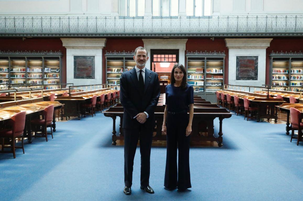Los Reyes, Felipe VI y Letizia, durante su visita a la Biblioteca Nacional de España. E.P./Casa Real