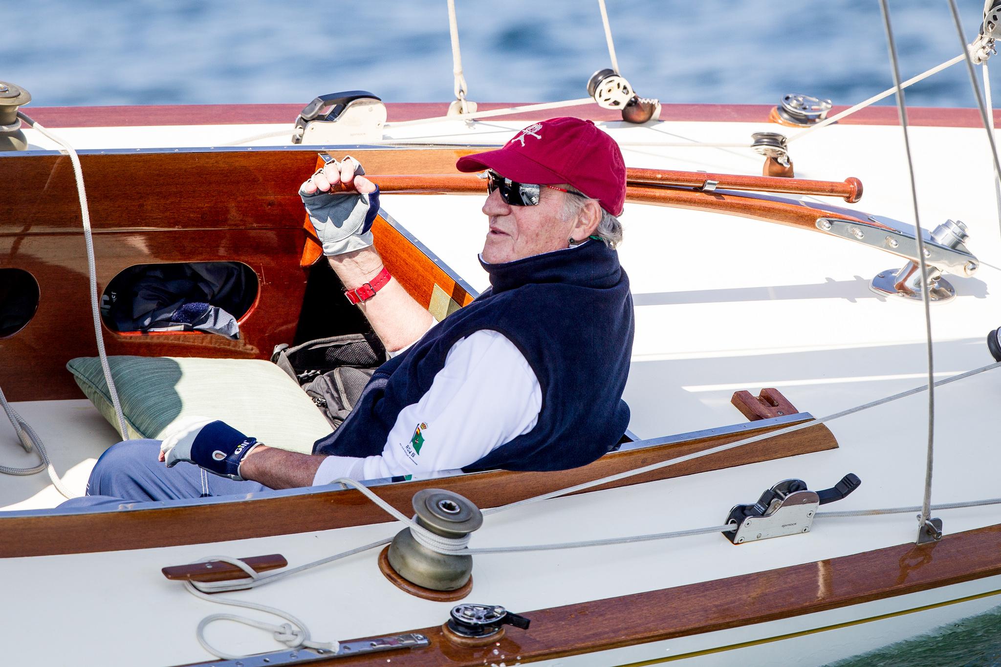 El rey emérito Juan Carlos I, a bordo de un barco de regatas. /EFE